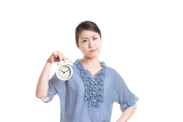 時間を気にする女性